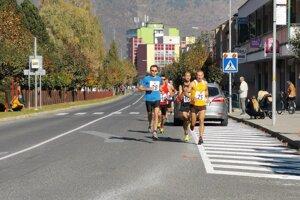Štvorka bežcov v čele preteku. Medzi nimi s číslom 105 víťaz Kornel Biringer.