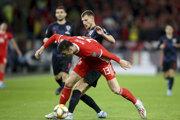 Kieffer Moore (v popredí) v súboji s Bornom Barišičom v kvalifikačnom zápase na EURO 2020 Wales - Chorvátsko.