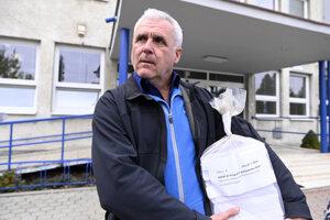 Na snímke odborný referent organizačných činnosti Mestského úradu v Dubnici nad Váhom Milan Dohnanský s nepoužitými hlasovacími lístkami
