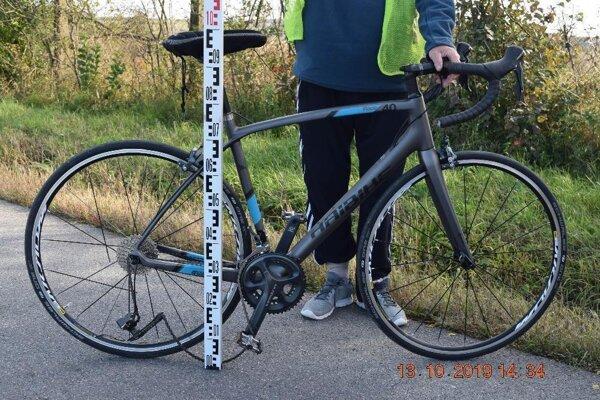 Cyklistu náraz odhodil, utrpel viaceré zranenia.