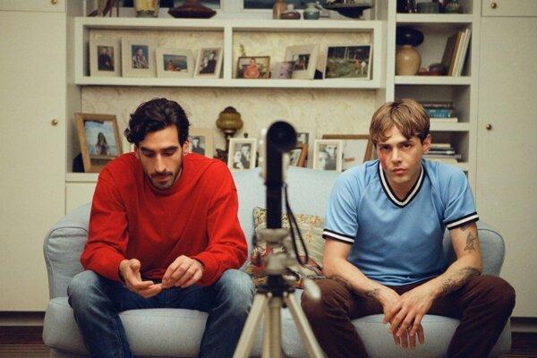Gabriel D'Almeida Freitas a Xavier Dolan ako nerozluční kamaráti vo filme Matthias a Maxime.