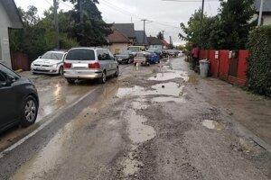 Po intenzívnom daždi museli premávku riadiť policajti.