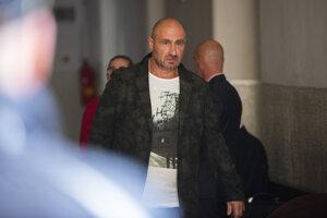 Na snímke Ľuboš F.  pred hlavným pojednávaním v prípade vraždy zakladateľa skupiny sýkorovcov Miroslava Sýkoru v Justičnom paláci 15. októbra 2019 v Bratislave.
