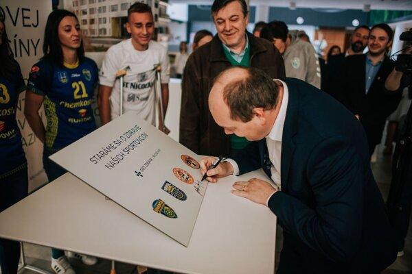 Prezident HK Dukla Michalovce Martin Burinský pri podpise memoranda o spolupráci.