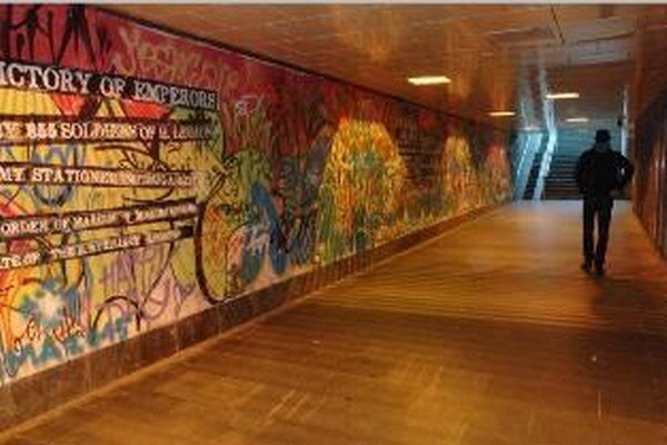 Grafity vo forme rímskych nápisov boli súčasťou projektu mesta, ktorý stál tritisíc eur.