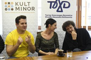 Sprava režisér Anton Korenči, a. h., herečka Zdenka Kvasková a vľavo herec Martin Oravec.