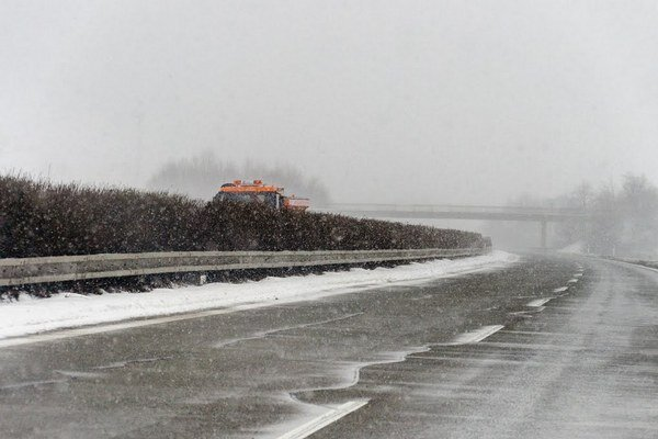Na diaľnici kvôli snehu znížili rýchlosť.