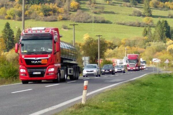 Kolóny blokujú cestu Oravou.