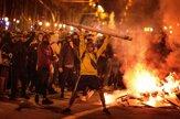 Podpálené kontajnery aj autá, protesty v Katalánsku pokračujú
