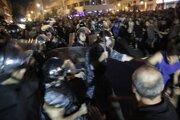 Niektorí z protestujúcich tvrdia, že zostanú v uliciach až dovtedy, kým nedôjde k odstúpeniu vlády.