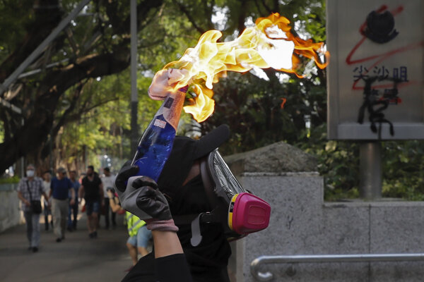 V uliciach Hongkongu sa stupňuje násilie.