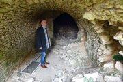 Na snímke starosta obce Mikuláš Levkut pri prehliadke priestorov pivnice vo Veľatoch.