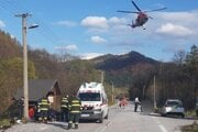 Pri nehode zasahoval vrtuľník.