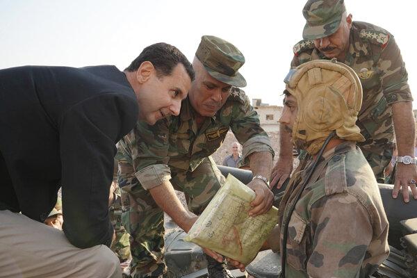 Asad pri vlaňajšej návšteve frontovej línie v Idlibe v roku 2018. Sýrskemu diktátorovi sa podarilo vyhrať propragandistickú vojnu vďaka falošnej dileme.
