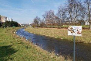 Nábrežie Hornádu v Spišskej Novej Vsi. Mesto po celom toku rieky osadí takéto tabule.