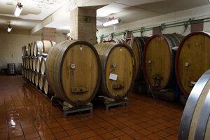 Pivnica s typickými sudmi, ktoré vínu dodávajú tie správne príchute.