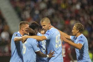 Denis Vavro (uprostred) oslavuje gól Bastosa v zápase E-skupiny 1. kola Európskej ligy vo futbale CFR Kluž - Lazio Rím.