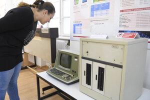 Počítač Wang + monitor s klávesnicou z roku 1977.