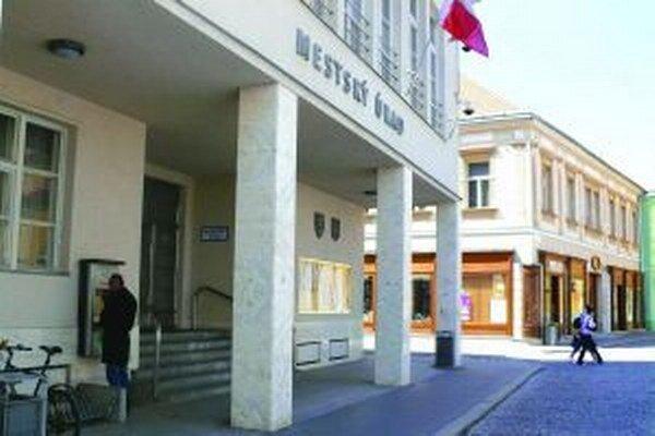 Mesto Trenčín vo zverejnenom návrhu uznesenia, o ktorom má vláda v stredu rokovať, nemá dostať ani euro.