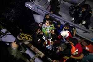 Záchrana migrantov z člna.