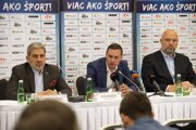 Peter Kukučka (v strede), tréner slovenských hádzanárov.