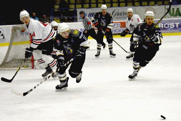 Hráči Sp. N. Vsi (v tmavom) otočili zápas v päťminútovej presilovke.