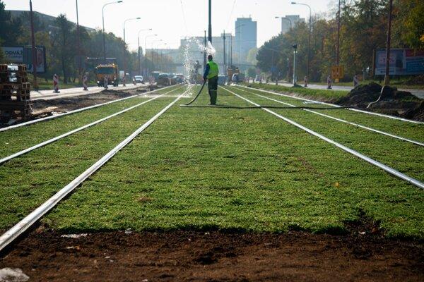 Vynovená električková trať v Dúbravke.