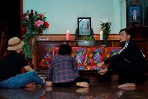 Príbuzní pri fotke jednej z viernamských obetí.