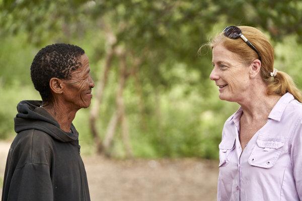 Vanessa Hayesová sa rozpráva s predákom Ikun Ikunta, ktorý žije v oblasti Afriky, kde sa zrodili prví moderní ľudia.