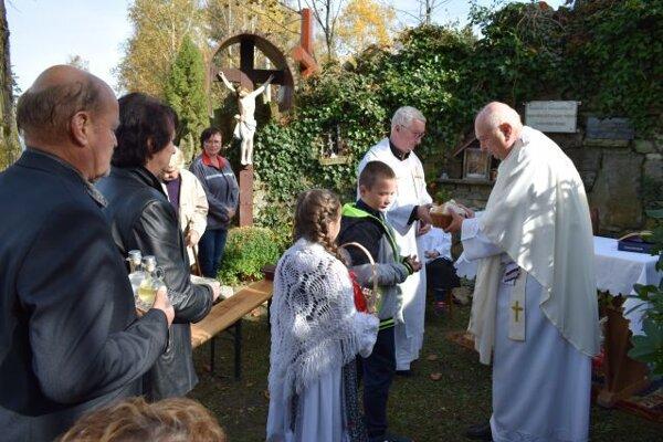 Okolo dvesto veriacich  z Čadce – Drahošanky a blízkeho okolia sa v sobotu 19. októbra predpoludním zišlo pri tamojšej Lurdskej kaplnke.