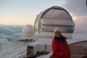 Jana Chesley pri observatóriu na Mauna Kea.