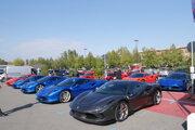 Parkovisko v Maranelle plné nových Ferrari F8 Tributo.