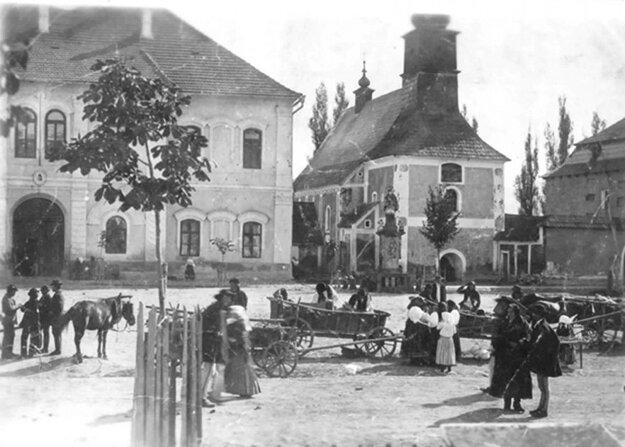 Miestom sústreďovania nielen Trstenčanov a ľudí z okolia, ale aj vojakov počas vojny, bolo námestie.