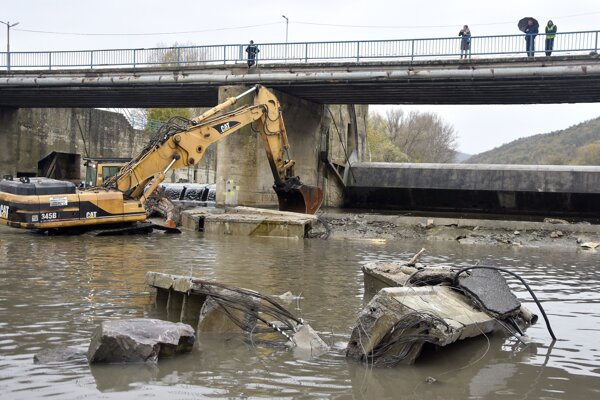 Odstraňovanie nosníka a betónových častí mosta.