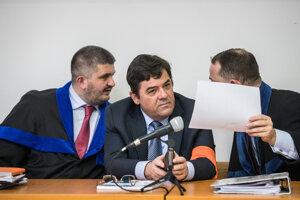 Marian Kočner a jeho obhajcovia Michal Mandzák (vľavo) a Marek Para.