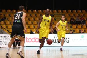 Wesley Alcegaire z BK Inter Bratislava a Mário Ihring z BK Inter Bratislava počas basketbalového zápasu prvého kola A-skupiny mužov Európskeho pohára FIBA 2019/2020 medzi BK Inter Bratislava - PVSK-Veolia Pécs.