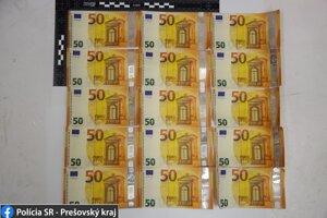 Falošnú bankovku si všimla predavačka.