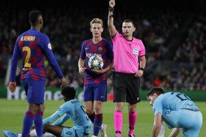 Rozhodca Michael Oliver udeľuje žltú kartu Nelsonovi Semedovi v zápase Ligy majstrov 2019/2020 FC Barcelona - Slavia Praha.