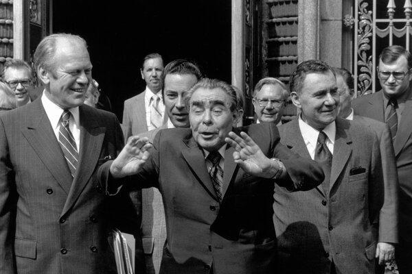 Na archívnej snímke z augusta 1975 zľava americký prezident Gerald Ford, sovietsky prezident Leonid Brežnev a sovietsky premiér Andrej Gromyko kráčajú pred sovietskym veľvyslanectvom v Helsinkách počas sovietsko-amerického summitu.