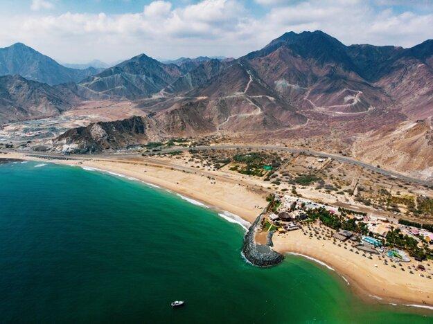Pláže v emiráte Fujairah sú obklopené vysokými horami