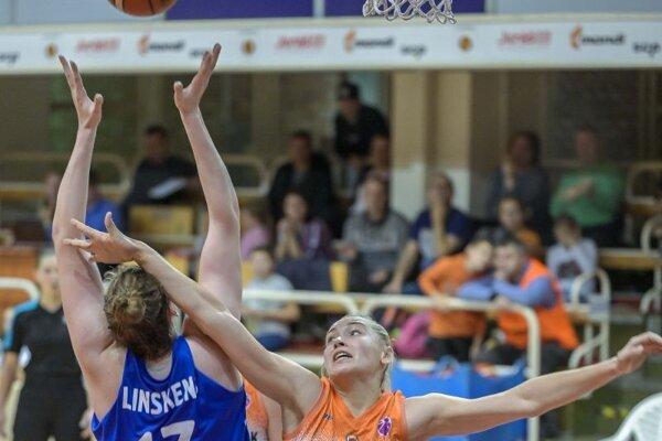 Sprava Olga Jackovecová (Ružomberok), Kyara Liskenová (Krasnojarsk) počas zápasu D-skupiny Európskeho pohára FIBA žien v basketbale MBK Ružomberok - Jenisej Krasnojarsk.