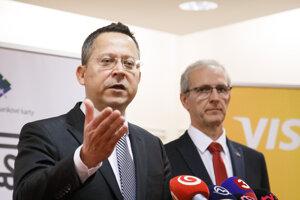Zľava: Minister financií SR Ladislav Kamenický a poslanec Európskeho parlamentu Ivan Štefanec počas tlačovej konferencie pri príležitosti konferencie 3. ročníka projektu Deň bez hotovosti.