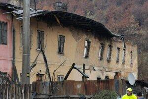 Ľudia sa v noci zobudili na padanie strechy na bytovke.