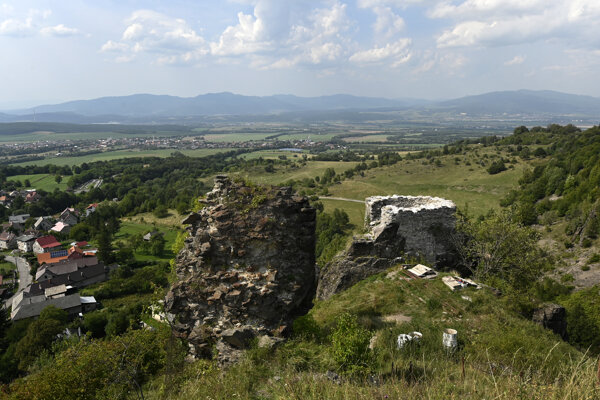 """Pánmi Sivého kameňa nad Podhradím či niekdajšieho kaštieľa, dnešného mestského úradu v Novákoch, boli Majthényiovci. Či boli dobrými gazdami, nevedno. Ich majetok však """"utrpel"""" pre veľa dcér, pre ktoré museli pripraviť veno. Ten rod sa zaradil medzi významné, ak nie najvýznamnejšie šľachtické rody pochádzajúce z tohto regiónu. Na snímke zrúcaniny hradu Sivý kameň nad obcou Podhradie v okrese Prievidza."""