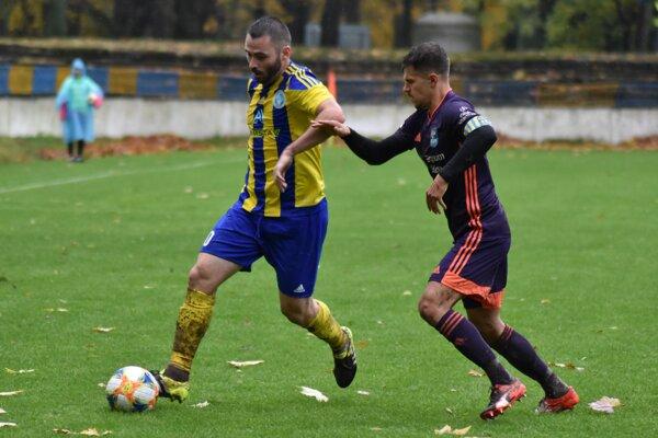 Košický kapitán František Vancák (vpravo) bráni strelca trebišovského gólu Gorana Matiča.