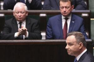 Poľský prezident Andrzej Duda (vpravo) počas prejavu na ustanovujúcom zasadnutí nového poľského parlamentu vo Varšave.