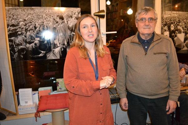 """Peter Bodor vystavuje nielen """"revolučné"""" fotografie v kníhkupectve. Na snímke s organizátorkou podujatia Alexandrou Harvanovou."""