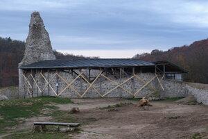 Kráľovská veža Dolného hradu z jeho nádvoria.