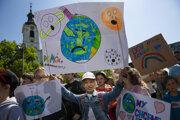 Na snímke protestujúci počas 3. celosvetového študentského štrajku za budúcnosť klímy v Bratislave 24. mája 2019.