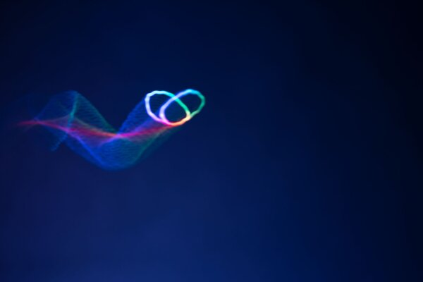 Časozberný záber pohybu motýľa, ktorého vytvorila polystyrénová guľôčka a ultrazvuk.